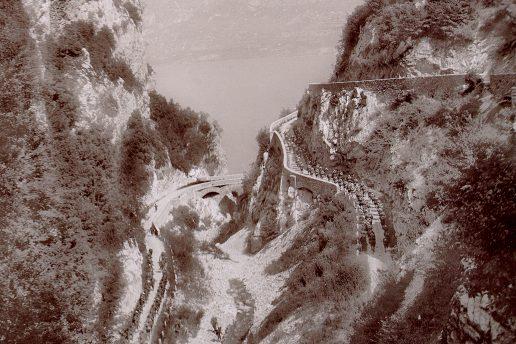 Alpini in marcia lungo la strada della Forra